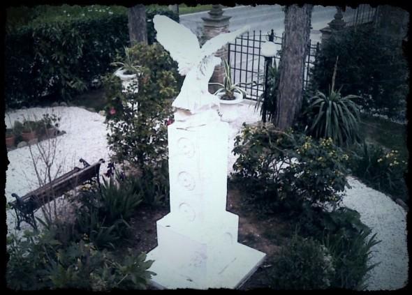 L'Aquila guardiana del piccolo cimitero