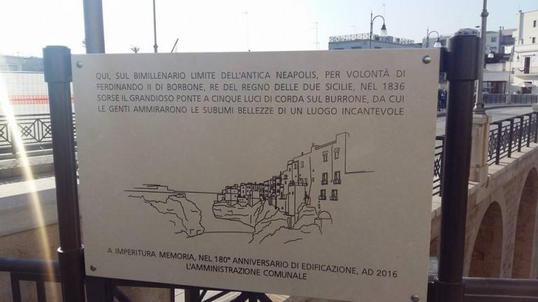 LA TARGA COLLOCATA SUL GRANDE PONTE FERDINANDEO DI POLIGNANO A MARE
