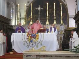 Durante la celebrazione a Polignano: la Bandiera sull'Altare servita da tovaglia, e poi benedetta da S.A.R. don Alessandro di Borbone Due Sicilie, è quella che sventolerà a Gaeta